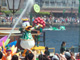 ポリ袋に雨ガッパ必須:背後からも水ざばー! 東京ディズニーリゾートの夏は「祭り」に「サマフェス」でびしょ濡れ