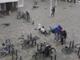 ヨーロッパで猛威を振るった暴風が完全にエアーマン 人も自転車もコロコロ転がる