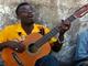 弦1本のギターで超ノリノリの曲を弾くジャマイカ人が最高にファンキーモンキーベイビー