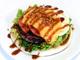 ナイフとフォークで食べるピザ風ハンバーガー フレッシュネスバーガーが発売