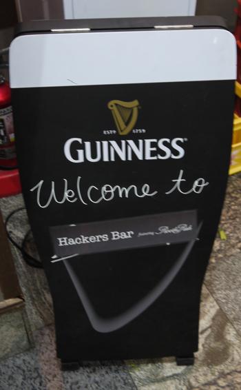 画像(「Welcome to Hackers Bar」の文字が)