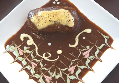 画像(パステルカラーのソースでかわいくアレンジされた「粗挽きビーフの銀座ハンバーグ(1150円)」)