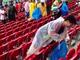 負け試合のあとにもかかわらず—— W杯敗戦後の日本サポーターのゴミ拾いが海外で話題に