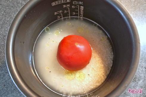 ねとめし:インパクトありすぎ! トマトを炊飯器にぶっ込んで炊くだけの「トマト丸ごとごはん」が意外なウマさだった