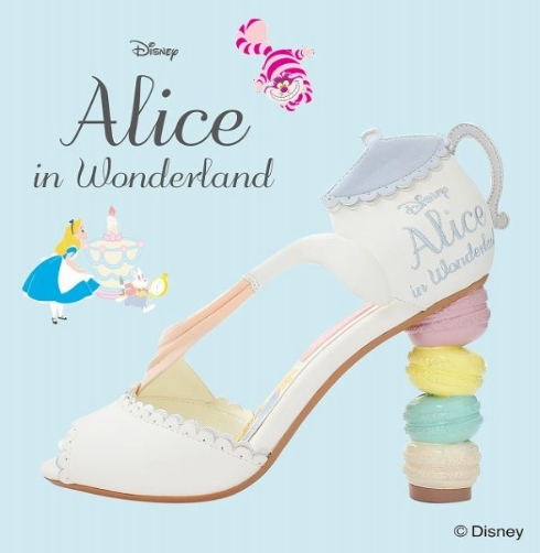 \u201cお茶会\u201dやチェシャ猫、トランプの国、花たちと歌うシーンなどをモチーフにデザインされたシューズがラインアップされています。映画を連想させる靴の数々は、 アリス