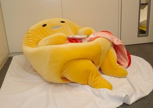 そのままベーコンと一緒にオムレツを抱きかかえ、なぜか何事もなかったように寝そべり出す。おーい、今オムレツとったよね? ぐでたま「\u2026\u2026」