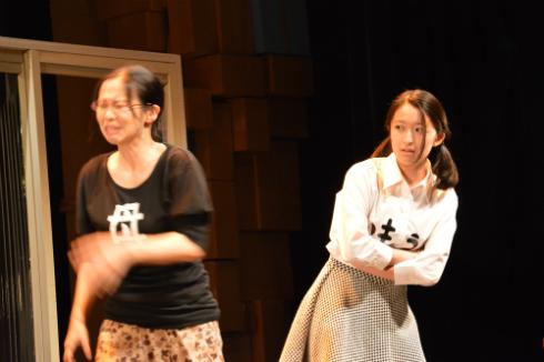その父のせいで苦労を重ねる母(佐藤蕗子、写真=左)とふつおの妹・普通田ふつ子(中江友梨、写真=右)