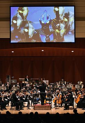 ウルトラマンたちが活躍する映像をバックにオーケストラの演奏が響く (C)読売新聞社