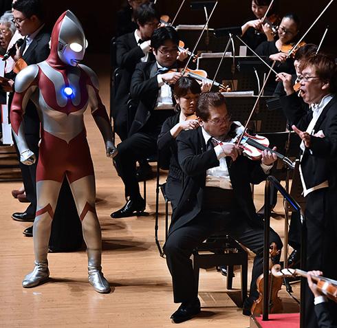 ウルトラバイオリンで「ウルトラマンの歌」を演奏中(C)読売新聞社