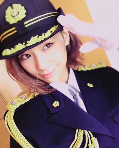 西内まりやさんの警官服姿