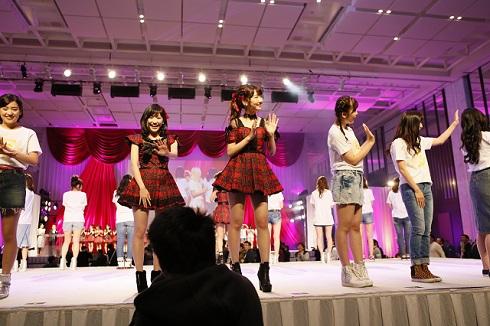 「AKB48劇場オープン10年記念イベント」でレジェンドファンを出迎えるAKB48メンバー