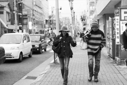 地元・吉祥寺の街を歩く手塚さんと上條さん