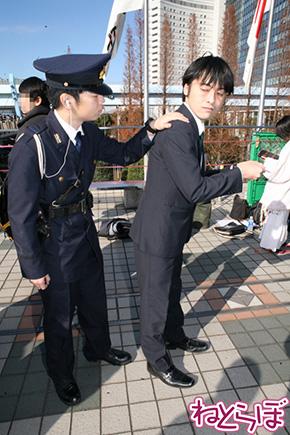 女子高校生をスカウトしていたところ、警官に不審者として職務質問をうける武内P