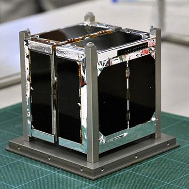 衛星構体を含めても10センチ四方のコンパクトサイズ