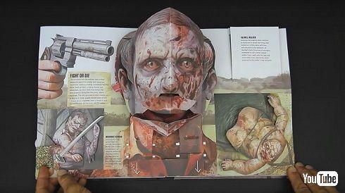 「ウォーキング・デッド」飛び出す絵本に銃口を頭に向ける男性