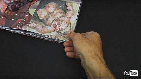 「ウォーキング・デッド」飛び出す絵本で男性を引っ張る