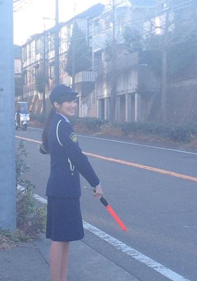 高梨臨さんの女性警察官コスプレ全身像