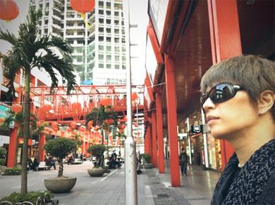 台湾の町並みのGACKTさん