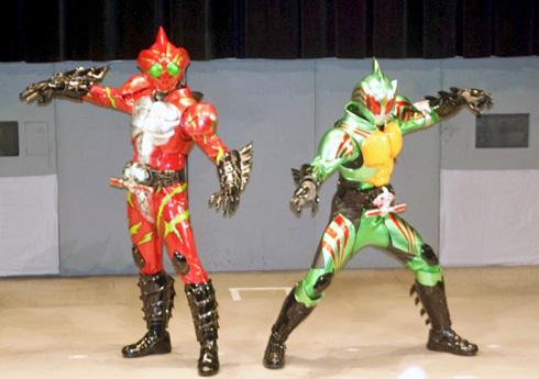 原作「仮面ライダーアマゾン」のDNAを絶妙に分け合ったかのような容姿の、仮面ライダーアマゾンアルファ(左)と仮面ライダーアマゾンオメガ