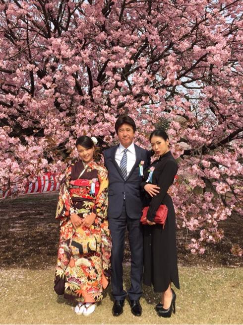 草刈正雄、紅蘭、草刈麻有。桜の下で