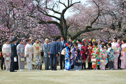 桜を見る会遠景。安倍首相と挨拶をする草刈正雄