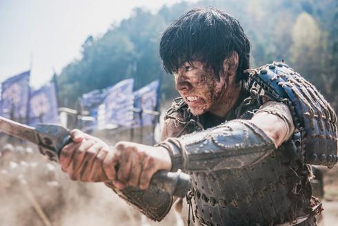 キングダムの信を演じる山崎賢人、剣を構える