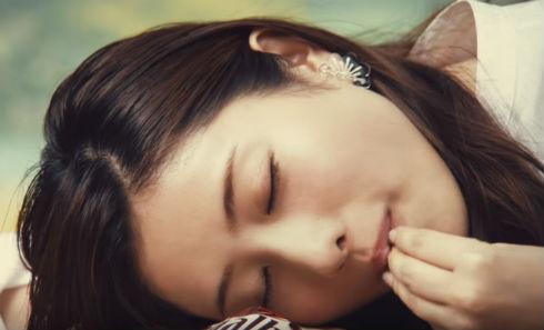 寝ながらガルボミニを食べる石原さとみさん