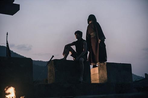 影で浮かぶ2人「キングダム」10周年動画
