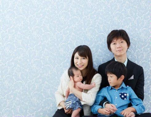 おかもとまりさん、naoさんの家族写真