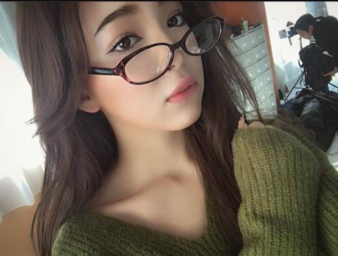 藤田ニコル 眼鏡のオフショット 右向き