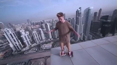 超高層ビルでホバーボード