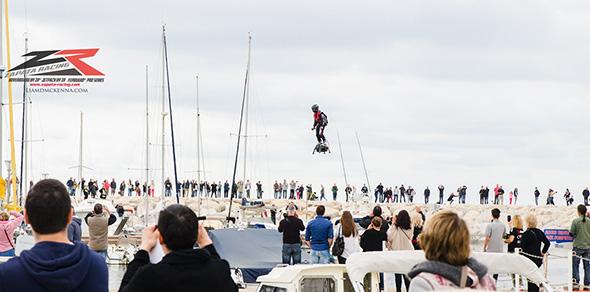 大観衆の見守る中、空を舞うFlyboard Air