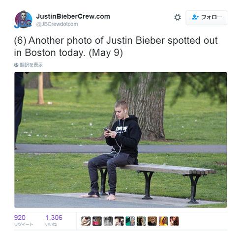 はだしでベンチに腰掛けるジャスティン