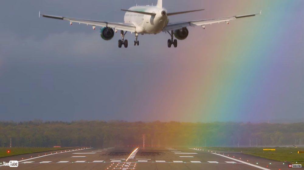 なんてカラフルな滑走路 虹に向かって着陸する飛行機の映像に「ファンタスティック!」の声