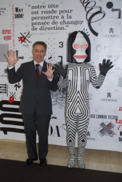 ダダとともにノリノリのブーヘル駐日大使