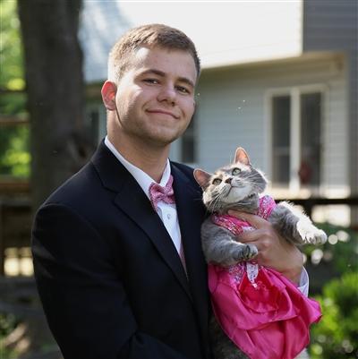 弟氏、猫と共にプロムに参加