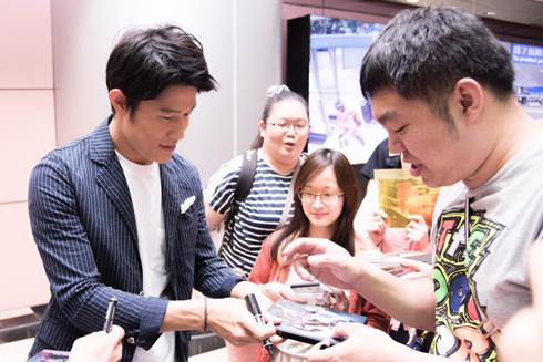 「HK/変態仮面 アブノーマルクライシス」 台湾キャンペーン 鈴木亮平 サインに応じる