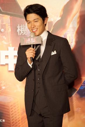 「HK/変態仮面 アブノーマルクライシス」 台湾キャンペーン 鈴木亮平 舞台あいさつ マイクを片手に