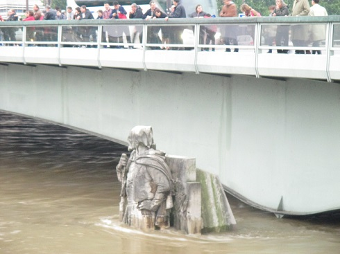 パリの洪水で半身が浸かるアルマ橋のズアーブ像