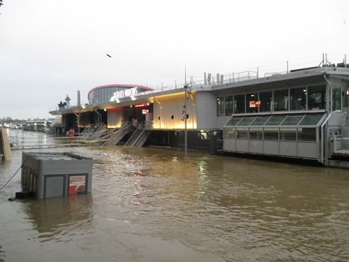 洪水で乗り場が水に浸かったバトー・ムーシュ
