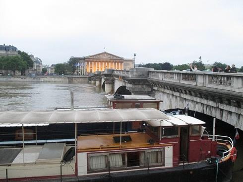 増水で船が通れなくなってしまったコンコルド橋
