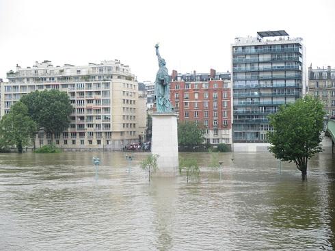 自由の女神像も水に浸かる