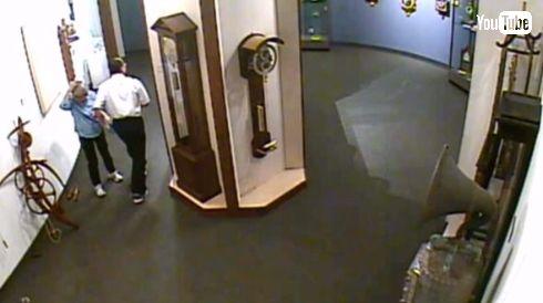 時計博物館 展示物に触る客