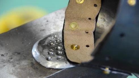 リベットで革を金属に固定
