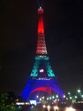 オーランドの銃乱射事件に追悼の意を示すエッフェル塔のライトアップ