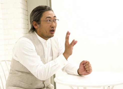 インタビューに答える秋山さん