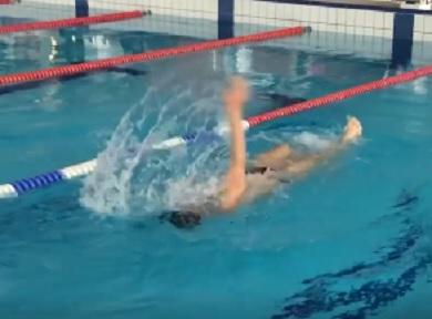 ノルウェー人が挑戦してみた「逆さ泳ぎ」