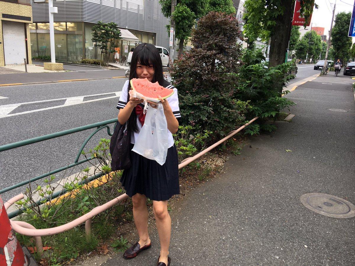 女子高生、スイカをむさぼり歩く(画像提供:@sugi_muさん)