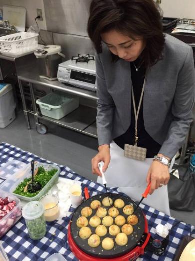 たこ焼きを作る松嶋菜々子さん