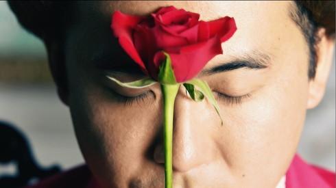 瞳を閉じてバラと戯れる斎藤さん